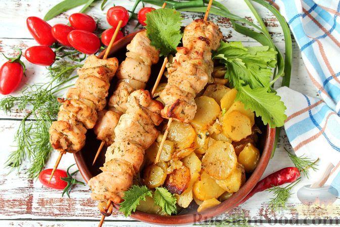 Фото к рецепту: Куриный шашлык с молодой картошкой (в духовке)