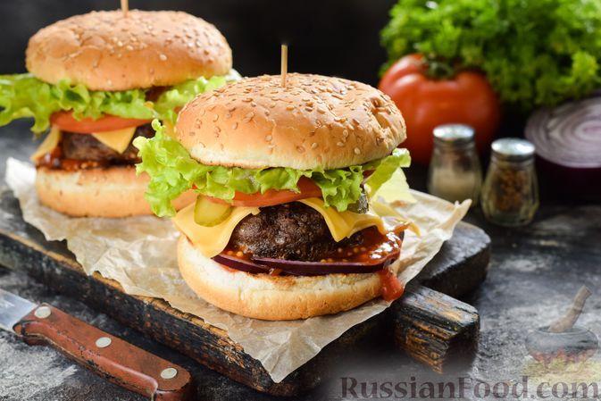 Фото к рецепту: Домашний чизбургер с котлетой из говяжьего фарша