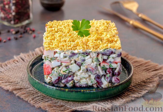 Фото к рецепту: Салат с крабовыми палочками, консервированной фасолью и яйцами