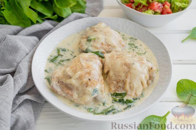 Фото к рецепту: Куриные бёдрышки, тушенные в сливочном соусе со шпинатом