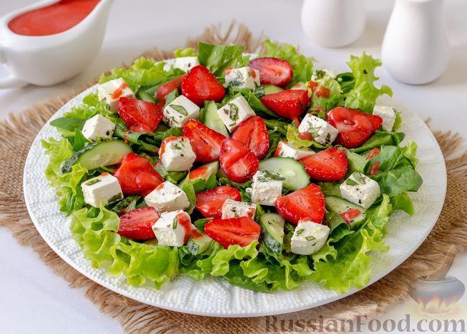 Фото к рецепту: Салат с клубникой, огурцами, шпинатом и сыром фета