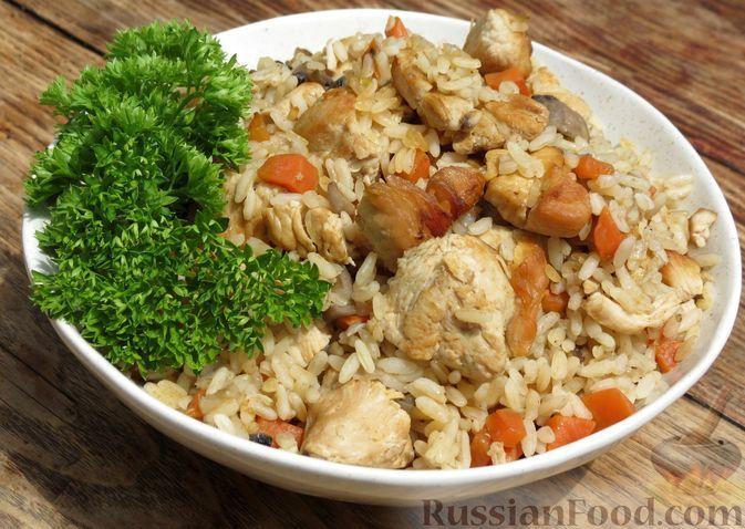 Фото к рецепту: Рис с курицей и грибами, в духовке