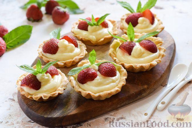 """Фото к рецепту: Тарталетки из рубленого теста, с кремом """"Пломбир"""" и клубникой"""