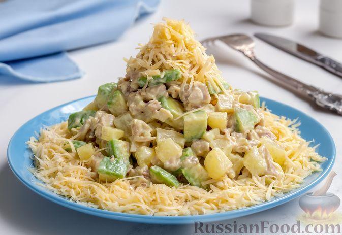 Фото к рецепту: Салат с курицей, ананасами, сыром и авокадо