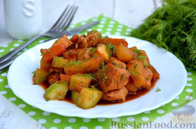Фото к рецепту: Тушёная индейка с кабачками и картошкой