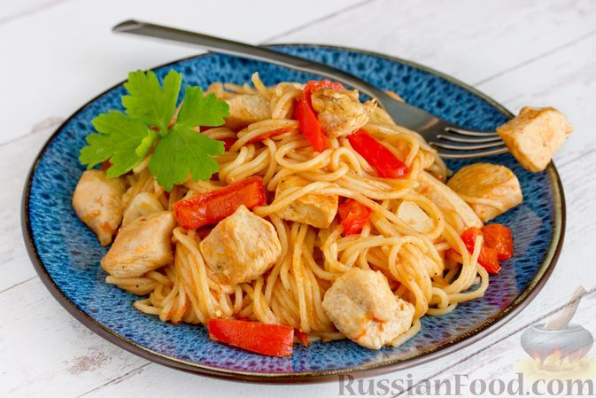 Фото к рецепту: Спагетти с курицей, сладким перцем и помидорами (на сковороде)