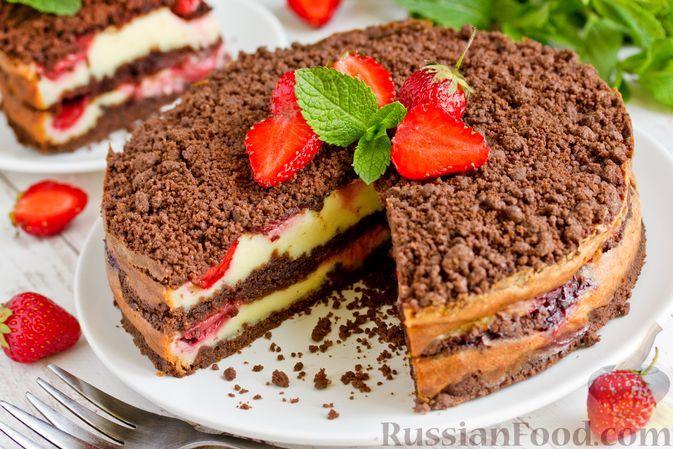 Фото к рецепту: Шоколадный насыпной пирог с творогом и клубникой