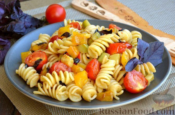 Фото к рецепту: Макароны с кабачками, помидорами черри и сладким перцем