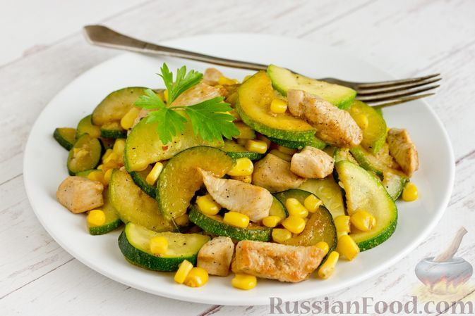 Фото к рецепту: Куриное филе, жаренное с цукини и кукурузой