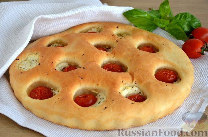 Фото к рецепту: Фокачча с творогом, помидорами и базиликом