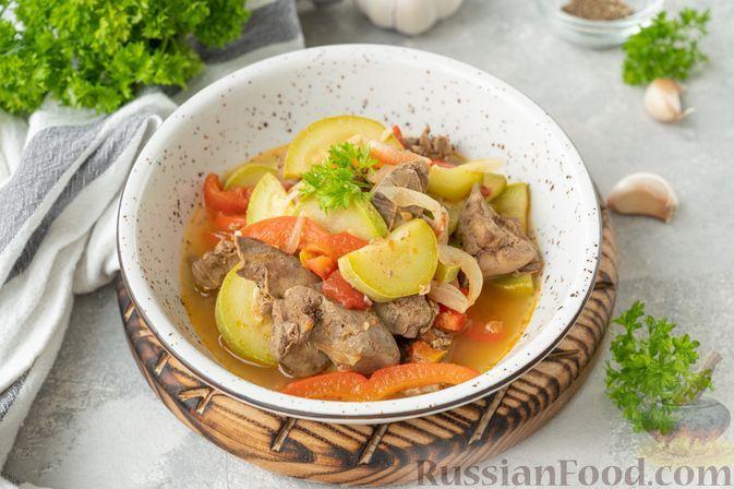 Фото к рецепту: Куриная печень, тушенная с кабачками, помидорами и сладким перцем