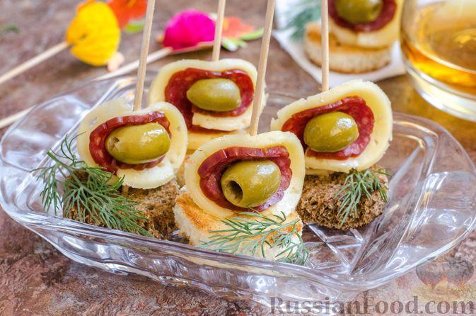Фото к рецепту: Канапе с колбасой, сыром и оливками