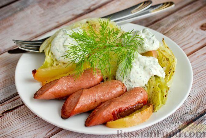 Фото к рецепту: Молодая капуста, запечённая с сосисками и яблоками
