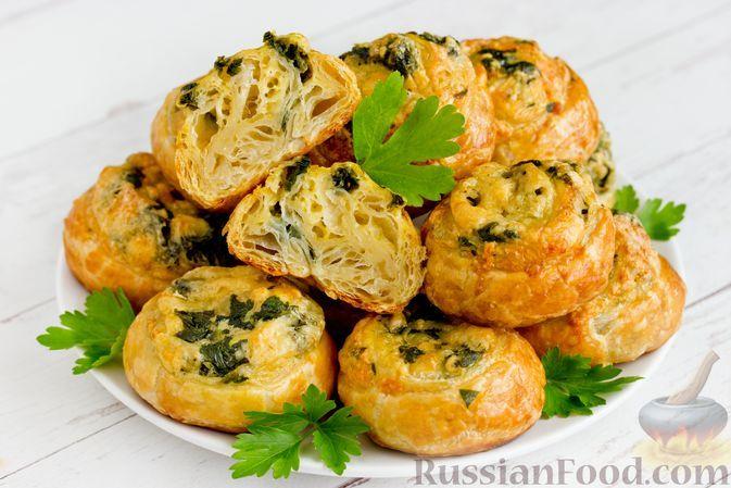 Фото к рецепту: Слоёные булочки с сыром и шпинатом