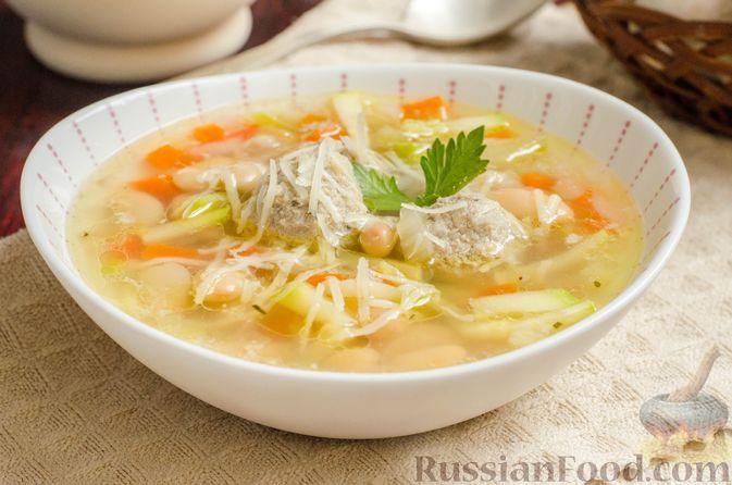 Фото к рецепту: Куриный суп с кабачком, консервированной фасолью и мясными фрикадельками