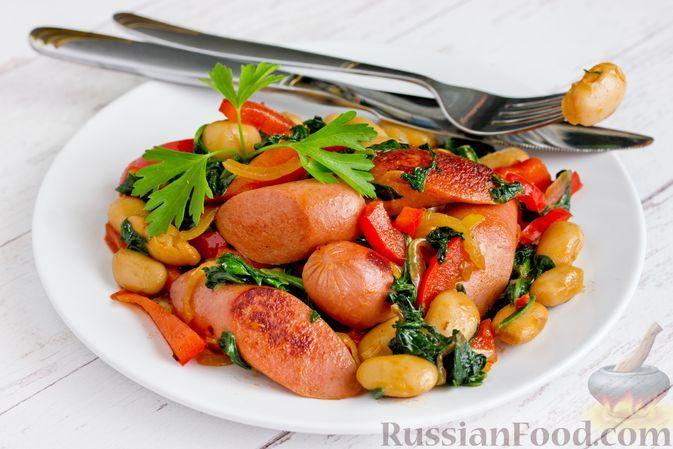 Фото к рецепту: Сосиски, жаренные с консервированной фасолью, сладким перцем и шпинатом