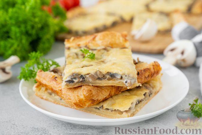 Фото к рецепту: Открытый слоёный пирог с шампиньонами и сыром