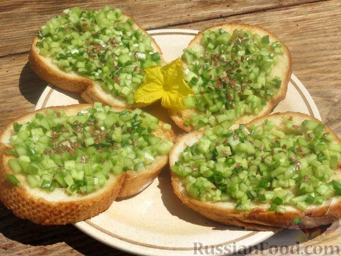 Фото к рецепту: Тосты с огурцами, соевым соусом и зелёным луком