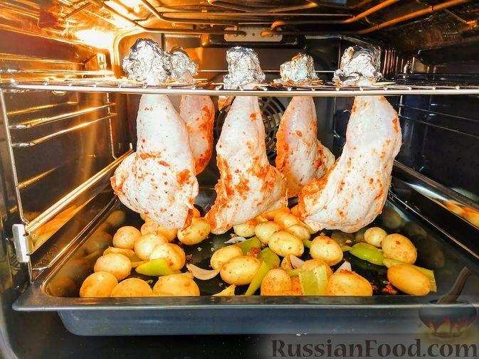 Фото к рецепту: Куриные окорочка с картошкой в духовке