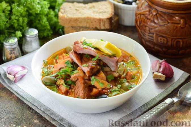 Фото к рецепту: Солянка с говядиной, копчёными свиными рёбрышками и ветчиной