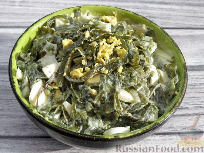 Фото к рецепту: Салат из морской капусты с яйцами