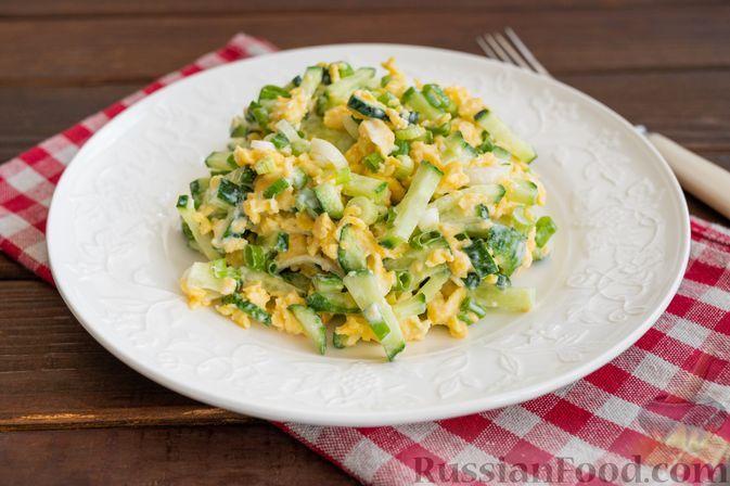 Фото к рецепту: Салат из огурцов, яиц и зелени