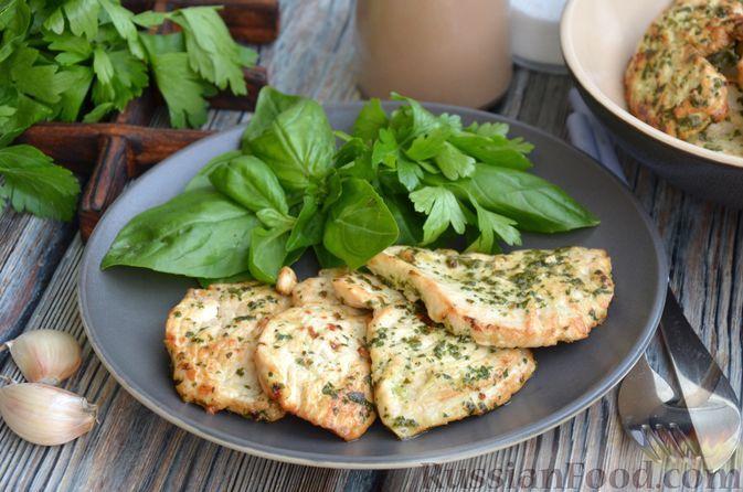 Фото к рецепту: Куриное филе в зелёном маринаде с чесноком, жаренное на сковороде