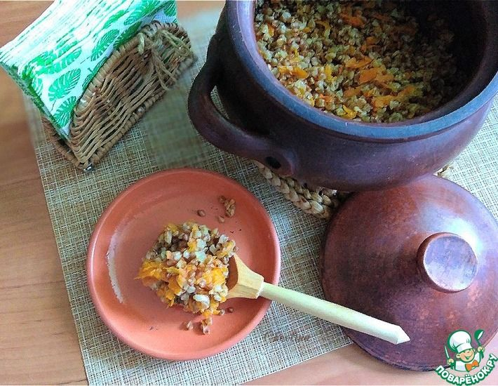 Рецепт: Гречневая каша с морковью из горшка