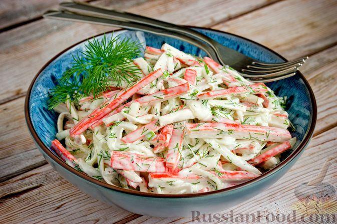 Фото к рецепту: Салат из крабовых палочек, лука и зелени