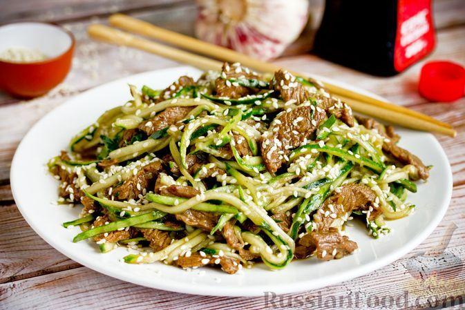 """Фото к рецепту: Салат с телятиной и огуречной """"лапшой"""""""