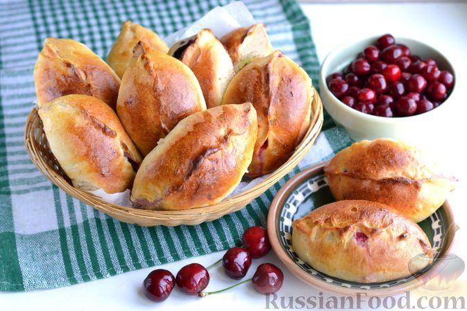 Фото к рецепту: Дрожжевые пирожки с вишней и шелковицей (в духовке)