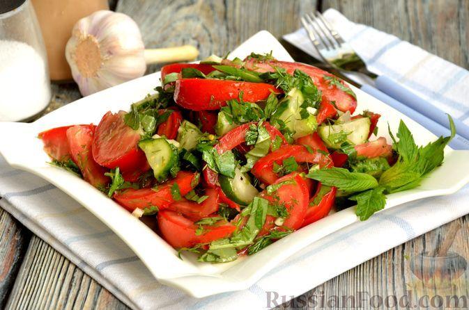 Фото к рецепту: Салат из помидоров с малосольными огурцами