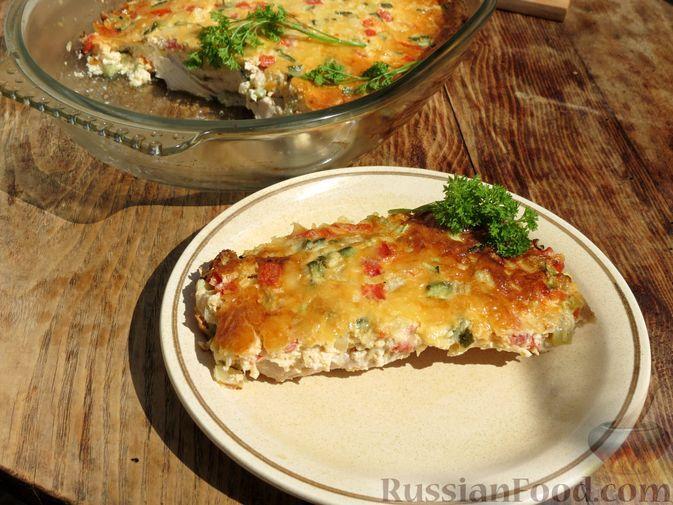 Фото к рецепту: Куриное филе, запечённое с солёными огурцами, помидорами и сыром
