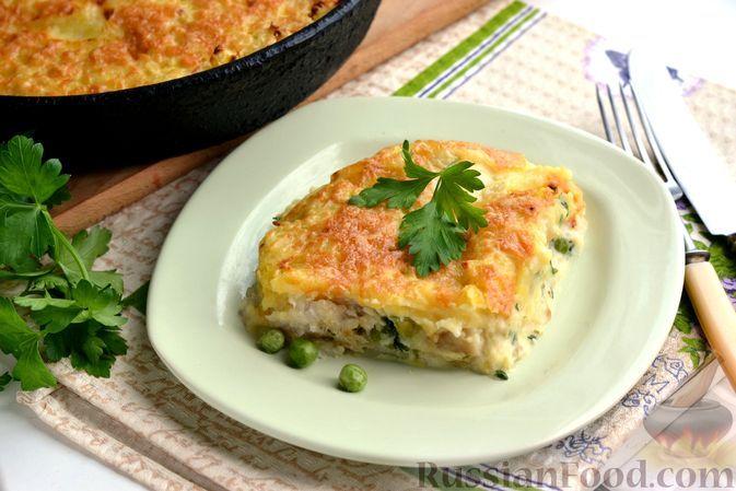 Фото к рецепту: Картофельная запеканка с рыбой и зелёным горошком