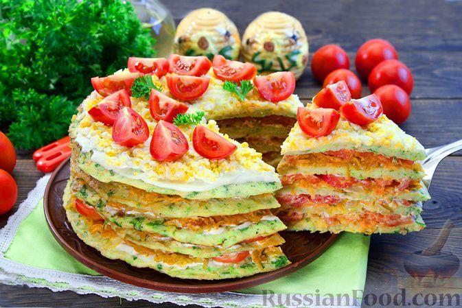 Фото к рецепту: Закусочный кабачковый торт с овощами и майонезом