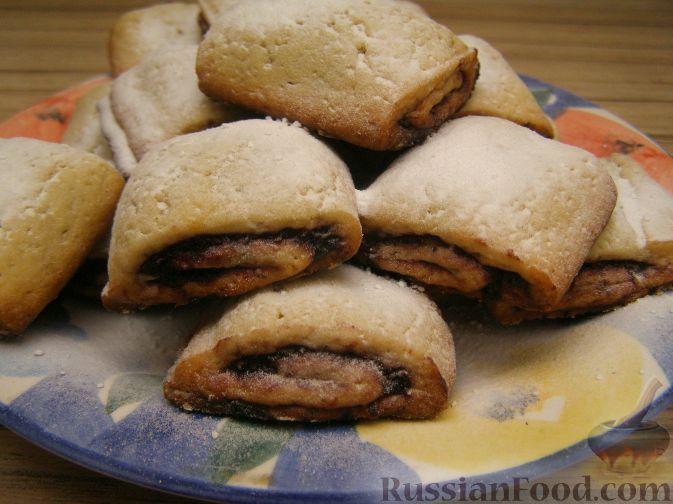 Фото к рецепту: Песочные рулетики с вишневой начинкой