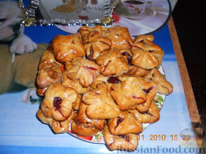 Фото к рецепту: Конвертики с вишней и сгущенкой
