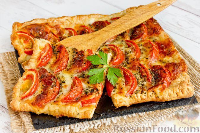 Фото к рецепту: Открытый пирог из слоёного теста с помидорами и сыром