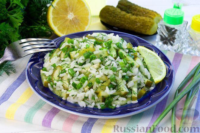 Фото к рецепту: Рис с малосольными огурцами и зеленью