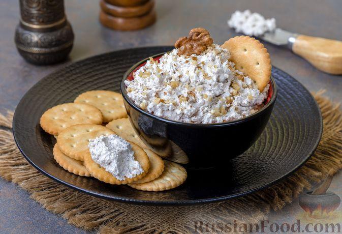 Фото к рецепту: Намазка из творога с грецкими орехами и чесноком
