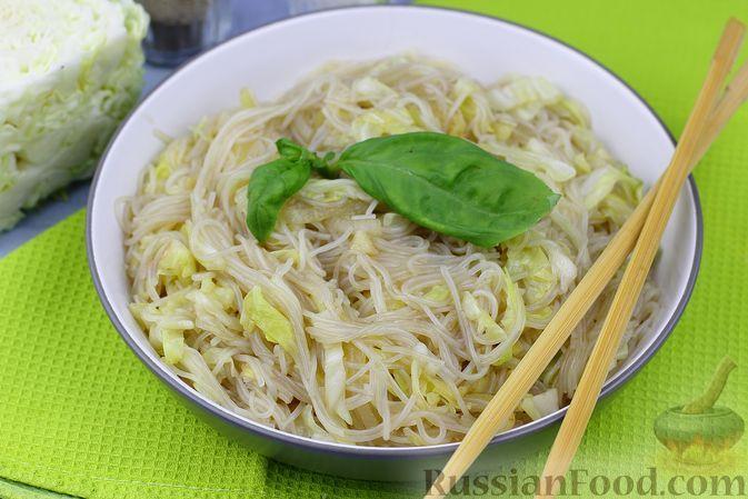 Фото к рецепту: Фунчоза с пикантной тушёной капустой