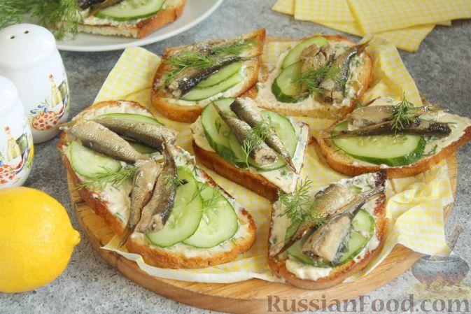 Фото к рецепту: Бутерброды со шпротами, огурцом и чесночно-майонезным соусом