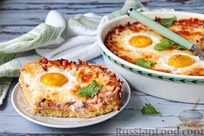"""Фото к рецепту: Картофельная """"пицца"""" с копчёностями, яйцами и сыром"""