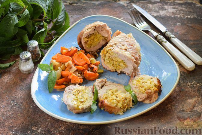 Фото к рецепту: Рулет из свинины с начинкой из пряного риса, запечённый с овощами