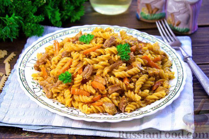 Фото к рецепту: Макароны с тушёнкой и овощами (на сковороде)