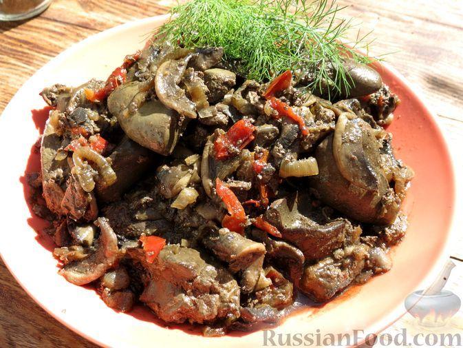 Фото к рецепту: Жареная куриная печень с карамелизированными грибами и овощами
