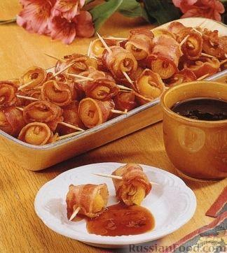Фото к рецепту: Фаршированная курага, запеченная в беконе