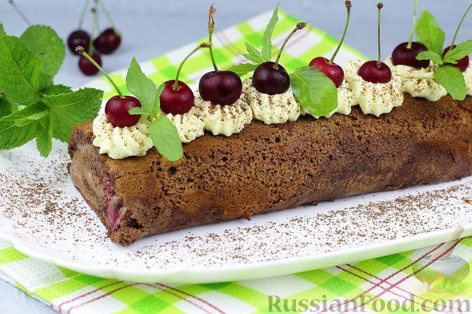 """Фото к рецепту: Шоколадный бисквитный рулет """"Шварцвальд"""" с шоколадным кремом шантильи и вишней"""