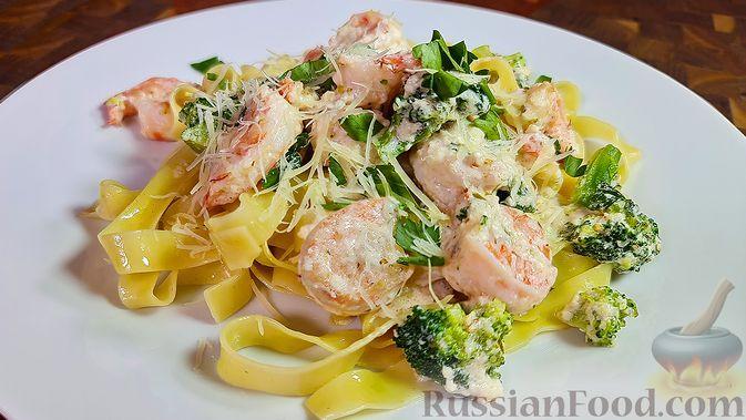 Фото к рецепту: Паста с креветками и брокколи в сливочно-чесночном соусе