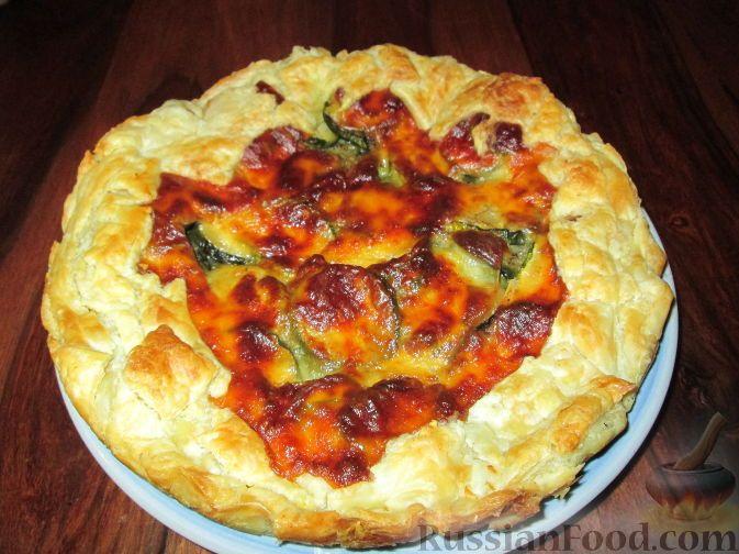 Фото к рецепту: Открытый пирог с цуккини и колбасным сыром